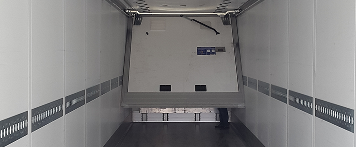 The divider can be folded under the roof without major restrictions on cargo space.